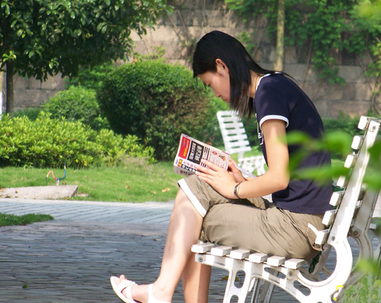 在花园里读书